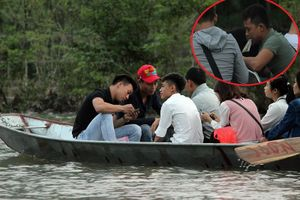 Trẩy hội chùa Hương: Phản cảm du khách sát phạt nhau trên suối Yến