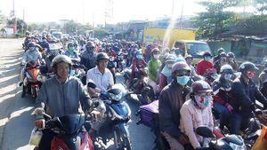 Cửa ngõ TPHCM đông nghẹt người trở lại sau Tết