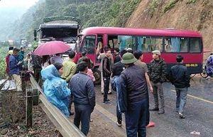 Xe khách đấu đầu xe tải trên quốc lộ, nhiều người bị thương