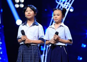 Cô bé bỏ học từ lớp 2 đi bán kẹo kéo khiến Hòa Minzy xúc động