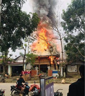 Ngôi nhà sàn bốc cháy lan sang thiêu rụi 3 căn nhà bên cạnh