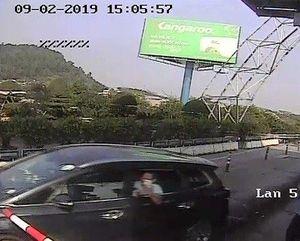 Bắt tài xế cố thủ trong ôtô sau khi đâm cọc tiêu vượt trạm thu phí BOT