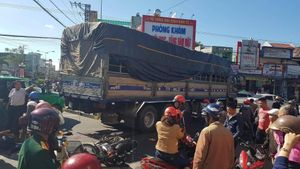 Chồng tử vong, vợ nhập viện sau va chạm với xe tải