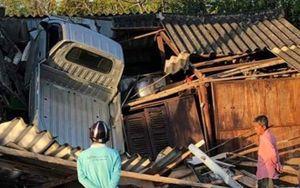 Tai nạn hy hữu: Chiếc xe tải 'bay' qua ngọn cây cao 4 mét, rơi xuống nóc nhà dân ven đường