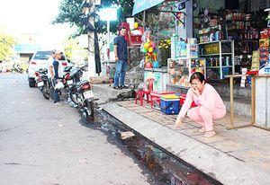 Tình trạng nước thải chảy tràn lên đường ở Tổ dân phố số 2 Cầu Đá: Cần sớm xử lý