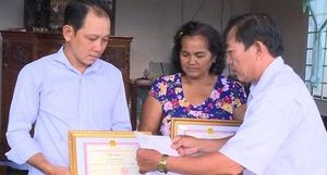 Khen thưởng hai người dân nhặt được trên 120 triệu đồng trả lại khổ chủ