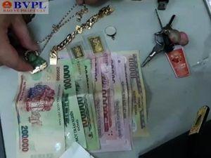 Bắt tạm giam hai đối tượng chuyên cướp giật triệu phú ở cố đô