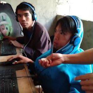 Mẹ xúc cơm phục vụ con trai nghiện game online ở Philippines