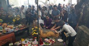 Người dân chen lấn sờ 'Hổ thần' chùa Hương Tích (Hà Tĩnh) mong...trị bệnh