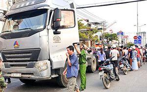 Xe máy va chạm với xe đầu kéo: Một người tử vong