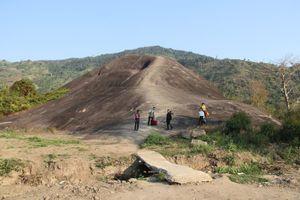 Chặn đường, thu tiền người dân vào tảng đá voi khổng lồ chụp ảnh