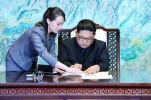 Cô em gái quyền lực thị sát sân ga trước khi Chủ tịch Kim Jong-un xuống tàu