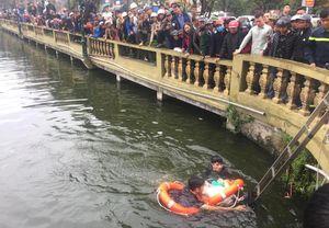 Ngồi trên lan can bờ hồ câu cá, người đàn ông rơi xuống nước tử vong
