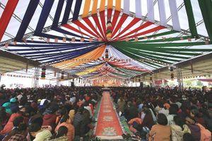 Hàng ngàn người đội mưa đến tham dự Pháp hội và lễ cầu siêu tại Tây Thiên