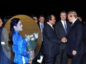 Bí mật áo dài thêu vàng 24K nữ sinh mặc khi tặng hoa Tổng thống Trump