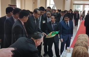 Đoàn Triều Tiên thăm Viện Khoa học Nông nghiệp, tìm hiểu kinh nghiệm sản xuất lúa của Việt Nam