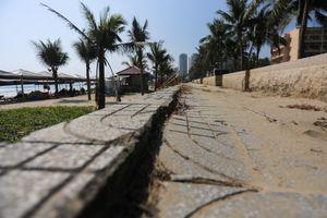 Vỉa hè dọc biển Đà Nẵng xuống cấp, gạch vỡ nát