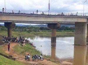 Tìm thấy thi thể 2 em nhỏ bám đuôi bò qua sông Đăk Bla