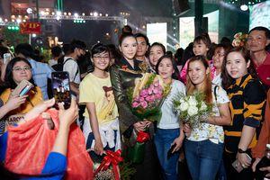 Lý Nhã Kỳ diện áo dài nổi bật tại phố đi bộ Nguyễn Huệ