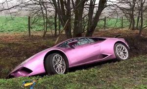 Triệu phú Bitcoin bỏ mặc Lamborghini Huracan dưới mương nước