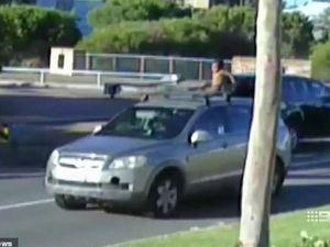 Mẹ bị 'treo' bằng lái vì để con 4 tuổi ngồi trên nóc xe hơi chạy 100km/h