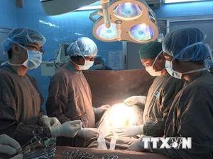 Bóc tách khối u buồng trứng ác tính khổng lồ 25kg cho một bệnh nhân
