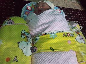 Phát hiện bé sơ sinh còn nguyên dây rốn bị bỏ cạnh bãi rác
