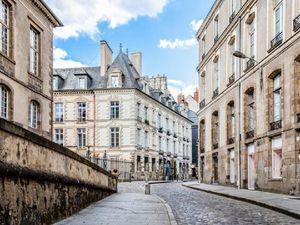 Cuộc sống thượng lưu của ông trùm hàng xa xỉ Pháp