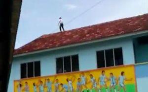 Tỏ tình bất thành, nam sinh 13 tuổi trèo lên nóc nhà đòi tự tử