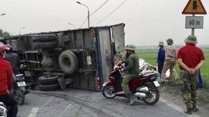 Xe tải đâm đổ hàng chục mét dải phân cách, nằm ngửa bụng trên quốc lộ
