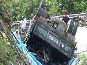 Quảng Ngãi: Lật xe tải, 1 người chết, 2 bị thương nặng