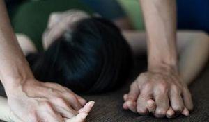 Gã hàng xóm đồi bại nhiều lần hãm hiếp bé gái 13 tuổi đến mang thai