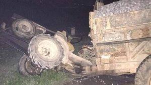 Bị đâm bất ngờ, xe công nông mất lái cán hai vợ chồng thương vong