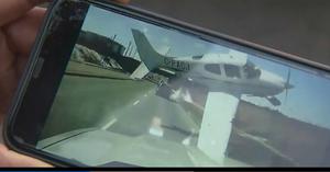 Toát mồ hôi lái ô tô trên cao tốc, bị máy bay đâm sầm