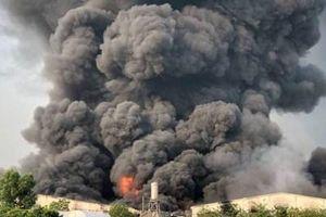 Rùng mình cột khói cao hàng trăm mét trong vụ cháy công ty sản xuất đèn cầy