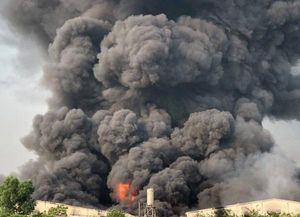Tây Ninh: Cháy công ty sản xuất đèn cầy, trụ khói bốc cao nghi ngút khiến cả khu dân cư náo loạn