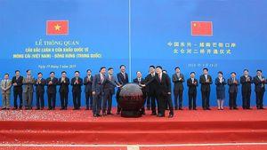 Thông quan cầu Bắc Luân II nối sang Trung Quốc