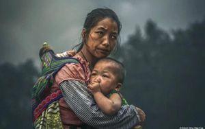 Xôn xao bức ảnh chụp mẹ khuyết tật Việt Nam ôm con vào lòng nhận giải HIPA trị giá 2,7 tỷ đồng chỉ là dàn dựng