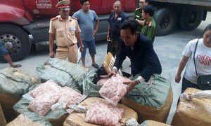 Huế: Phát hiện xe khách chở 1,5 tấn sụn gà không rõ nguồn gốc