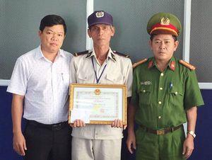Khen thưởng nhân viên bảo vệ trả lại tài sản du khách nước ngoài đánh rơi