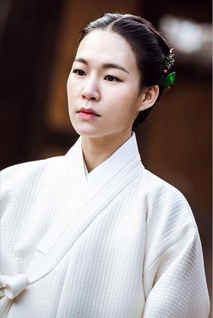Công bố tạo hình của Yoon Shi Yoon, Jo Jung Suk và Han Ye Ri trong phim cổ trang 'Mung Bean Flower'
