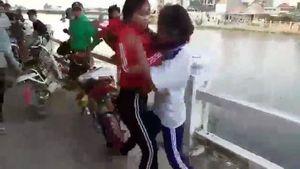2 nữ sinh lớp 9 Khánh Hòa 'hỗn chiến', nhiều người vây quanh 'cổ vũ'