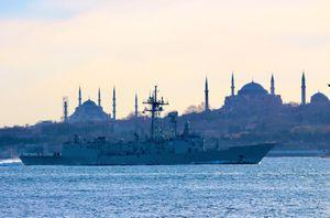 Tàu Hải quân Nga hộ tống một loạt tàu chiến NATO trên Biển Đen