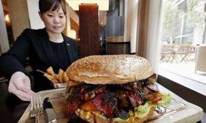 Nhà hàng Nhật phục vụ burger rắc vàng 900 USD mừng hoàng đế mới