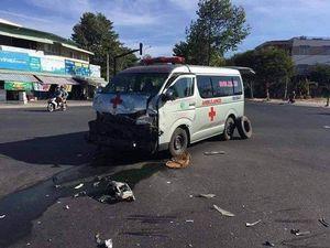 Vượt đèn đỏ, xe cứu thương tông xe bán tải lăn nhiều vòng