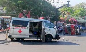 Xe cứu thương tông lật xe bán tải, 3 người bị thương