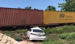 Quảng Nam: Tàu hỏa chở hàng tông văng ô tô, 3 người bị thương nặng