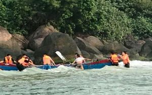 Cứu ngư dân chìm thuyền trên biển Thừa Thiên - Huế