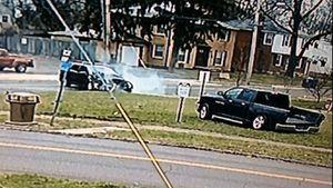 SUV đâm xe bán tải xoay vòng tại giao lộ