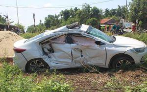 Tàu hỏa tông ô tô văng xuống ruộng, 3 người kẹt trong xe trọng thương